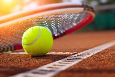 Póster .tennis pelota en una cancha de tenis