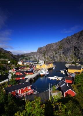 Póster Típico puerto de las Islas Lofoten (Noruega), con acantilados. El tradicional puerto de Nussfjord. Paisaje típico noruego