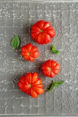 Póster Tomates rojos sobre fondo gris