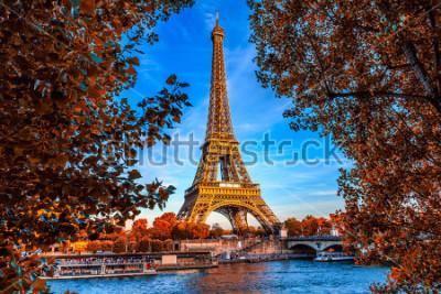 Póster Torre Eiffel de París y el río Sena en París, Francia. La Torre Eiffel es uno de los monumentos más emblemáticos de París. Otoño paris