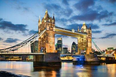 Póster Tower Bridge en Londres, Reino Unido en la noche