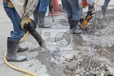 trabajador de la construcción de caminos de tierra cemento de perforación