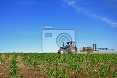 Tractor arando los campos horizontal
