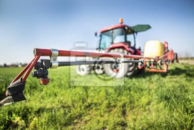 Tractor con pulverizador listo para la fertilización de campo de trigo