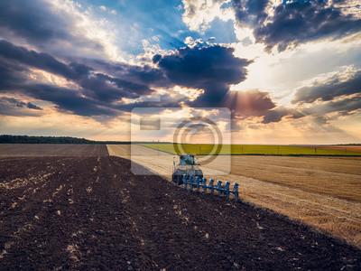 Tractor cultivando el campo en el otoño