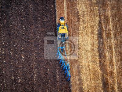 Tractor cultivo de campo en otoño, vista aérea