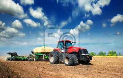 Póster tractor en un campo