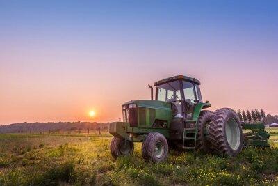 Póster Tractor en un campo en una granja de Maryland al atardecer