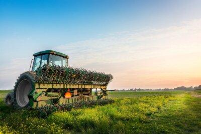 Póster Tractor en un campo en una granja rural de Maryland