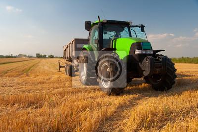 Póster Tractor verde moderno en campo agrícola durante la cosecha en el día soleado de verano