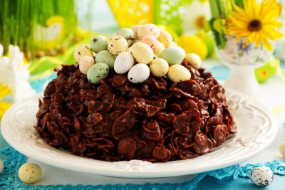 Póster Tradicional pastel de Pascua de chocolate con huevos de chocolate.