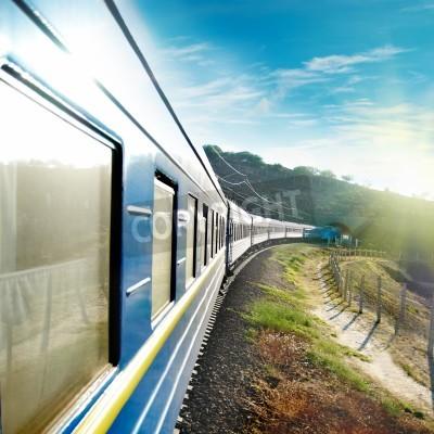 Póster Tren de movimiento y azul carreta. Transportación urbana