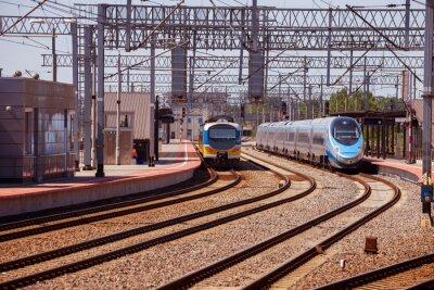 Póster Tren en la plataforma de la estación de tren en Gdynia, Polonia.