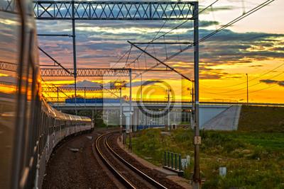 Tren en la puesta de sol