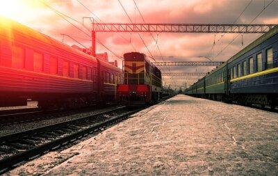 Póster Tren en los rayos del sol rojo