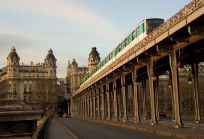 Tren parisiense del metro en el puente Bir-Hakeim