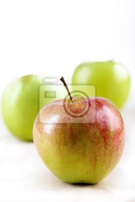 Tres manzanas en el fondo blanco