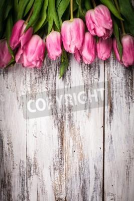 Póster Tulipanes de color rosa más lamentable mesa de madera blanca