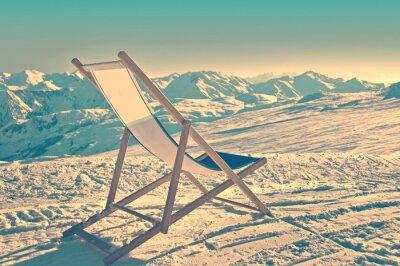 Póster Tumbona vacía en el lado de una pista de esquí, proceso de la vendimia