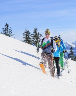 Póster turismos de esquí ponen una pista fresca en la nieve en polvo