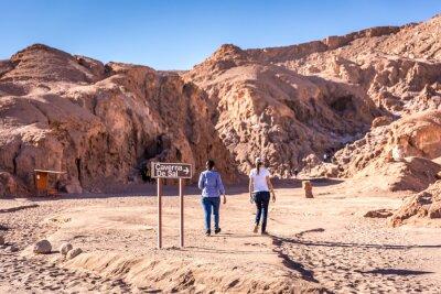 Turista caminando en la atracción Caverna de Sal (cueva de sal) de Atacama en Chile