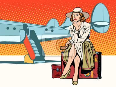 Turista niña sentada en una maleta, viajando en avión