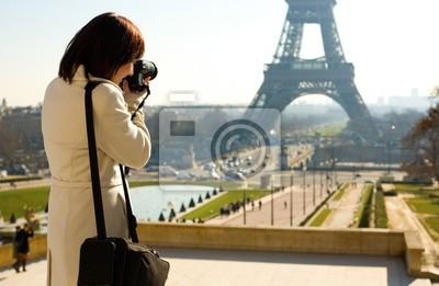 Turista que toma una foto de la Torre Eiffel en París