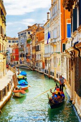 Póster Turistas que viajan en góndola, canal de Río Marin, Venecia, Italia