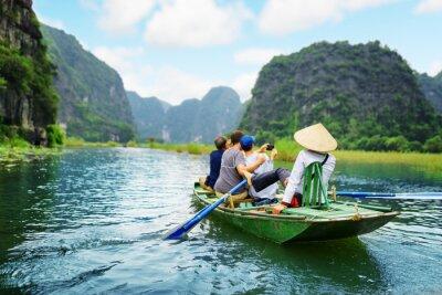 Póster Turistas tomando fotos. Rower usando sus pies para propulsar remos