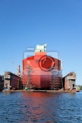 Un buque cisterna grandes está siendo renovado en el astillero.