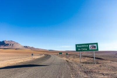 Un cartel que da la bienvenida a la gente en Chile, después de la frontera con Bolivia en los Andes, cerca del desierto de Atacama.