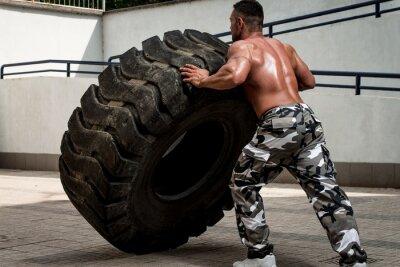 Póster Un hombre musculoso participar en una sesión de ejercicios en forma cruzada