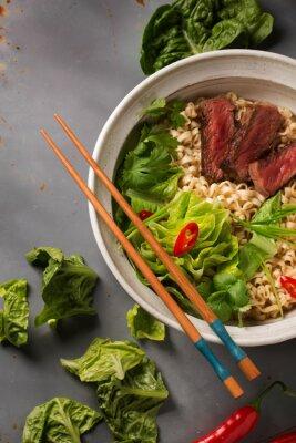 Póster Un plato de fideos ramen chinas con carne de res, col china