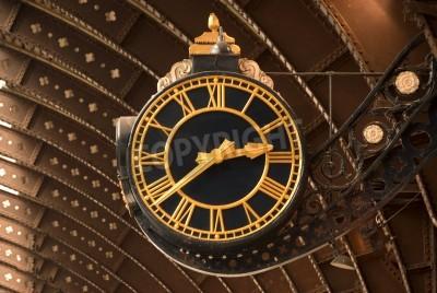 Póster Un reloj antiguo Negro y la estación de tren de Oro
