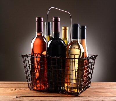 Póster Una cesta de la compra del alambre llenó de las botellas de vino