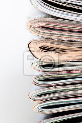 Una gran pila de revistas apiladas.