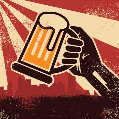 Póster Una mano sosteniendo la cerveza haciendo un brindis