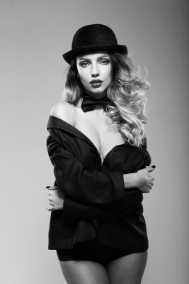 Póster Una mujer en la chaqueta de un hombre. En blanco y negro.