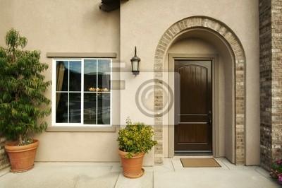 Una nueva construcción, moderno American Home puerta y patio.