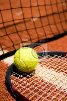 Una pelota de tenis en la cancha