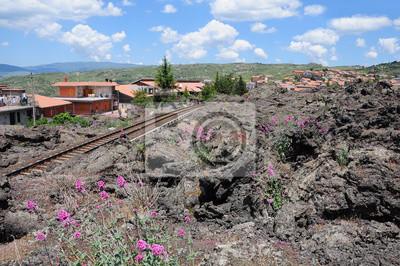 """Una pequeña ciudad """"Bronte"""" cerca del volcán """"Etna"""". Sicilia."""