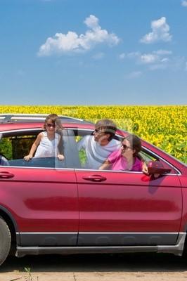 Vacaciones en familia. Los padres con niños en viaje en coche