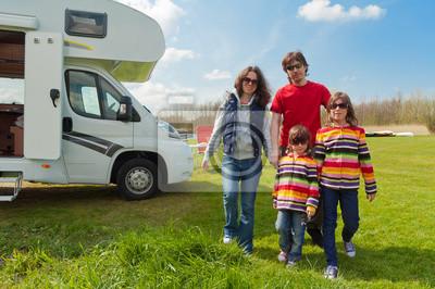 Vacaciones familiares en el camping. Viajar en autocaravana con niños
