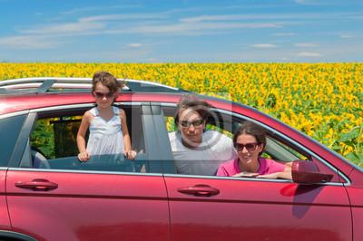 Vacaciones familiares, los viajes en coche. Padres felices y niños en viaje