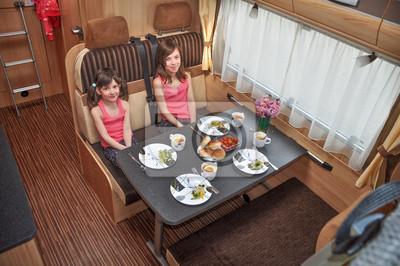 Vacaciones familiares, viaje de vacaciones de RV, camping con los niños