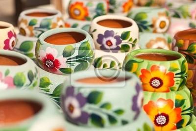 Variedad de colores pintado potes de cerámicas.