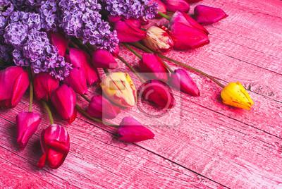 Varios tulipanes y lilas