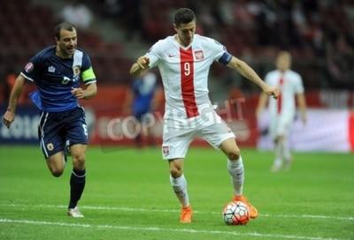 Póster VARSOVIA, Polonia - 07 de septiembre 2015: la Eurocopa 2016 France Football Euro Clasificación Copa Polonia vs Gibraltarop Roy Chipolina Robert Lewandowski
