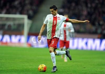 Póster VARSOVIA, POLONIA - 13 DE NOVIEMBRE DE 2015: Campeonato Europeo EURO 2016 Amistoso Polonia - Robert Lewandowski Icelandop