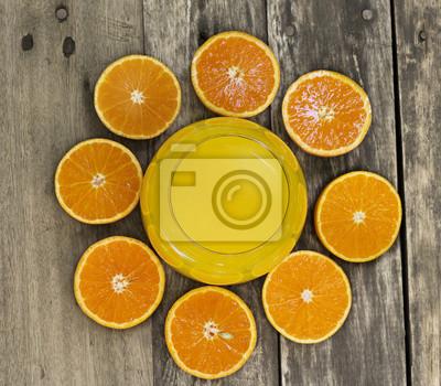 Vaso de jugo de naranja y de naranja vista superior rebanada en la mesa
